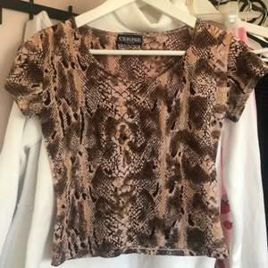 Jättesöt brun snakeskin mesh tröja köpt från humana, vet inte vad det är för storlek men skulle tippa på typ S, från märket Cerise
