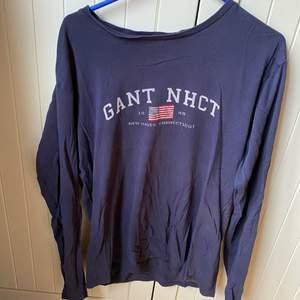 Säljer åt min pojkvän! Säljer en fin långärmad tröja från GANT som är i fint skick och är i storlek 170