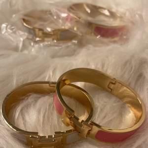 Jätte fina Hermes armband som är oanvända. Finns i vit/ rosa med guld men andra färger kan beställas. 1=250kr, 2=400kr. Box och påse kan fixas för 50kr. Kan skickas spårbart eller med frimärke eller hämtas i Malmö :) (kopior)