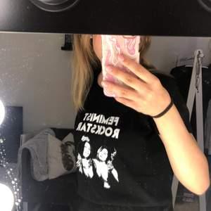 Säljer den här t-shirten som det står