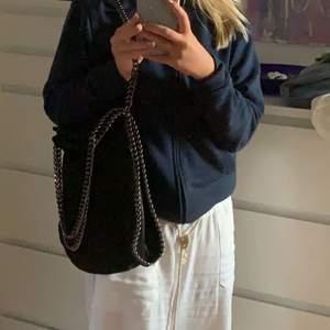 Säljer nu min super fina väska som liknar en Stella McCartney väska!💘💘jätte bra och praktisk väska, säljer pga använder inte💘 buda i kommentarerna
