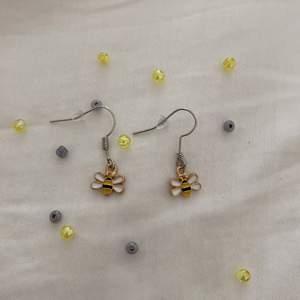 Här är ett par hand gjorda örhängen,🐝🐝