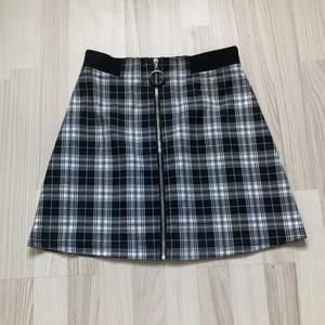 En knappt använd tajt rutig kjol, frakten ingår i priset