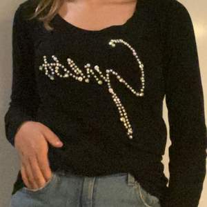 En svart långärmad tröja från guess, inte använd mycket! Köpare står för frakten