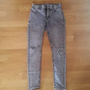 Säljer dessa gråa skinny, ripped jeans som har använts väl, men är i riktigt bra skick. Jeansen är dessutom högmidjade. Behöver plats i garderoben, så jeansen behöver en ny ägare🌻 Det är billigt pris just för att jag vill bli av med det så snabbt som möjligt. Köparen står för frakten, totala kostnad 20kr+48kr frakt 🌷(Kan mötas, kontakta mig)