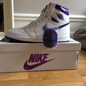 Säljer dessa populära Jordan 1 high court purple i strlk 41. Skorna är helt nya och aldrig använda, börja buda från 1800