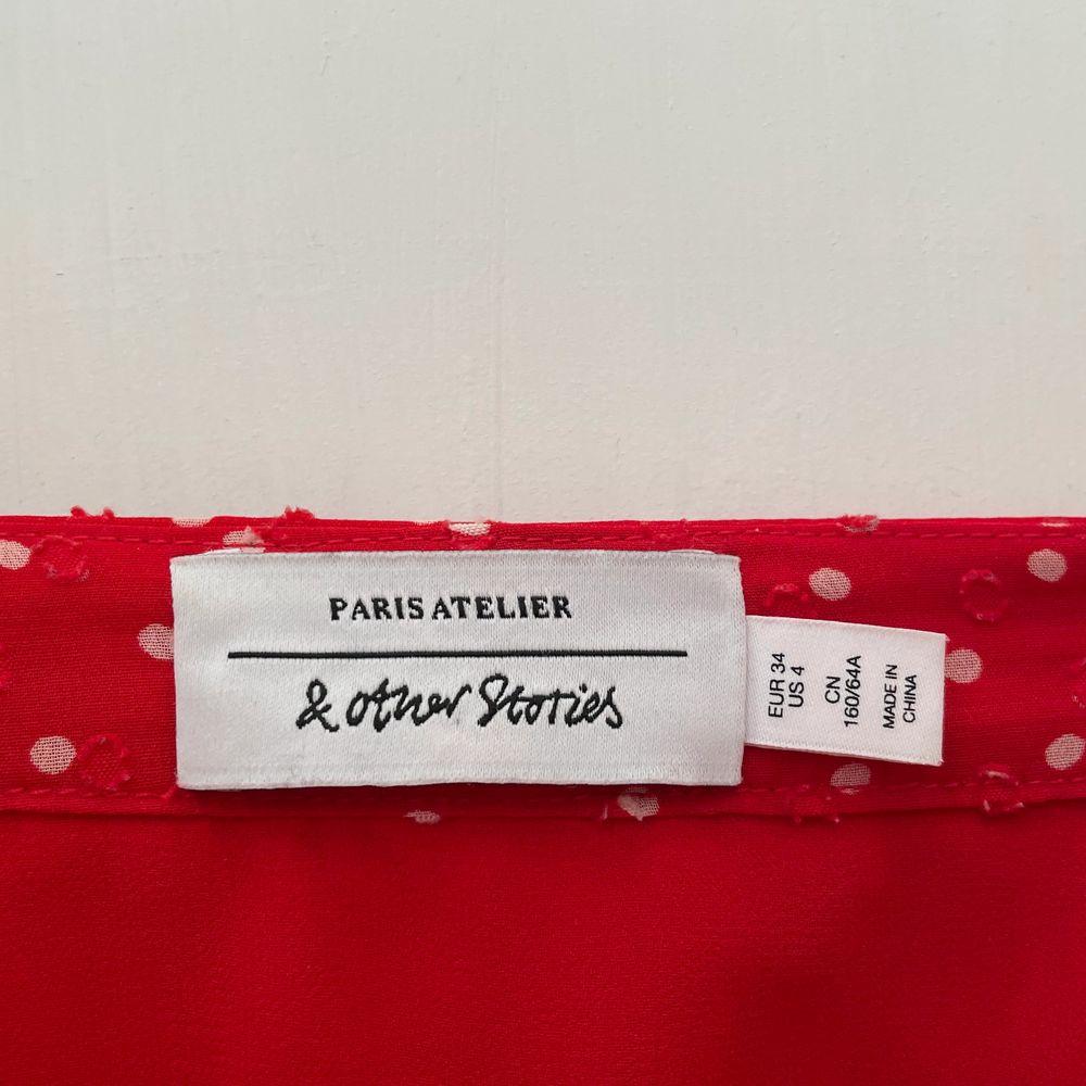Såå söt kjol som jag älskar men tyvär vuxit ur. Röd med vita små prickar. Strl 34 bra skick. ❣️. Kjolar.