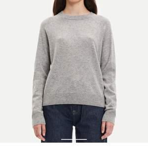 Kashmir tröja från samsoe samsoe i modell Boston o-neck, storlek S och färgen Grey mel. Oanvänd. Nypris 1799kr