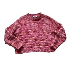En jätteskön stickad tröja i snygga färger och lite glittrig garn, i nyskick✨ Lite croppad, vid frågor skicka privat till mig!