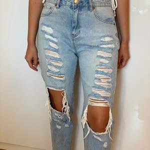 Ljusblå jeans med hål och slitningar från PULL&BEAR, storlek 38. Måttligt använda