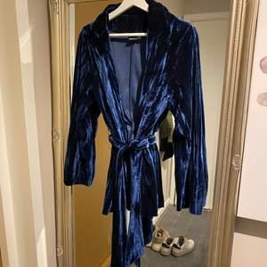 Jättesnygg och skön kavaj i blå sammet! Passar både till festen och kontoret!   Hämtas hos mig på Kungsholmen eller skickas för 79 kr 💌
