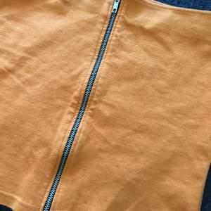 Säljer en orange mini kjol med en kedja där fram i storlek xs/s. Den är använd ca 2 gånger och i nyskick. Priset kan diskuteras. Jag kan mötas upp i Göteborg, men annars står kunden för frakten. Kolla gärna min profil för fler liknande saker 💘