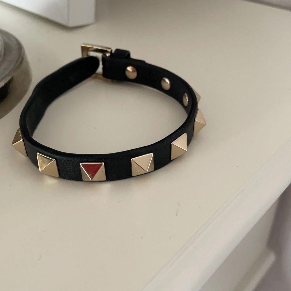 Intressekoll på mitt fina valentino rockstud armband, säljer för rimligt pris, i mycket fint skick💛. Accessoarer.