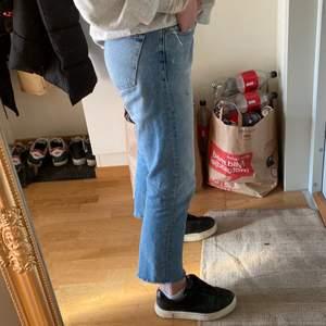 Säljer dessa jeans från Zara i storlek 38 då de tyvärr är förstora på mig... Men svinsnygga! Ordinariepris: 399:- men säljer dem för 130kr!