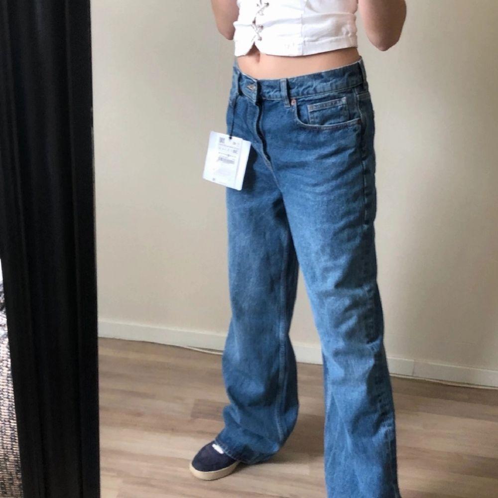 Jättefina lågmidjade jeans från Zara, dem är wide leg! Helt oanvända med prislapp kvar. Inte helt säkert att jag säljer men buda gärna i kommentarerna❤Sitter lågmidjat och lite baggy på mig som är bär en 36 i vanliga fall💕☺️ BUDA I KOMMENTARERNA. Jeans & Byxor.