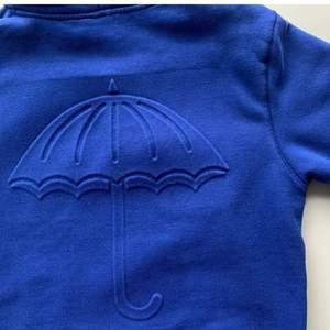 Väldigt sparsamt använd blå hoodie från Hélas, i fin stark blå färg. Nypris: 1000kr, köpt på junkyard (finns ej kvar).