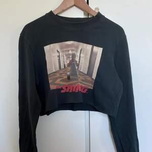 Långärmad croppad sweatshirt från Jack and Jones x The Shining. I fint skick! Skick meddelande vid frågor/intresse💖