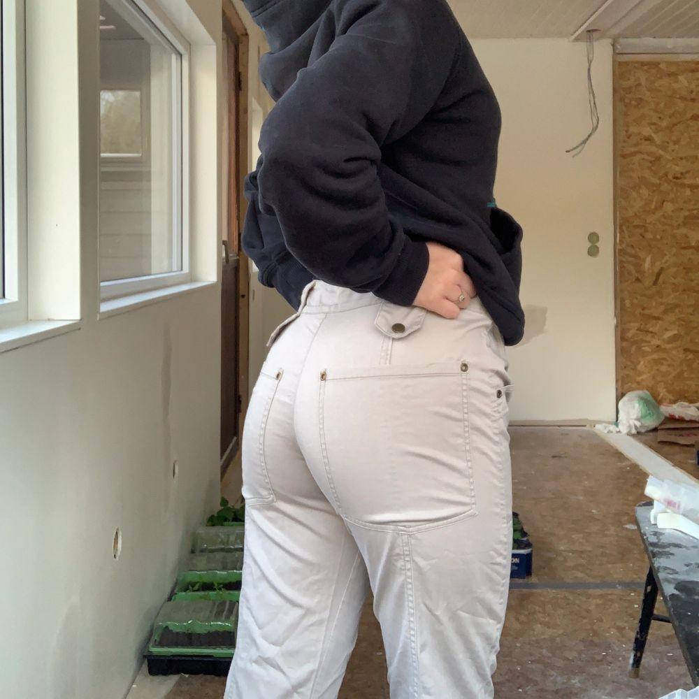 Ett par lågmidjade byxor ifrån vila med bootcut passform. Dom är i färgen beige och nästan helt oanvända. Inga slitningar etc. Det är storlek M men passar mig som har storlek S om jag har ett skärp i midjan. Jätte fina byxor men jag använder dom inte så ofta så känner att det är dax att säljas.. Jeans & Byxor.