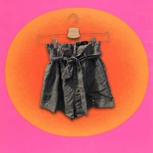 Rutiga paperbag shorts från Zara, bra skick och FRUKTANSVÄRT bekväma att ha på sig