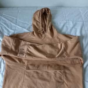 En beige hoodie med märket soc. Den är köpt på stadium och jag säljer den för att den nästan aldrig används! Köpt för 200kr och därför säljer jag den för 100kr+frakt. Skr vid intresse