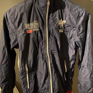 Säljer denna marinblåa vårjackan från Vinson Polo Club. Den är väl använd men är fortfarande i gott skick. Enda defekten jag kan hitta är att en del av bokstäverna vid kragen har försvunnit. Hör av dig vid frågor/intresse. Kan sänka vid snabbt köp 💙