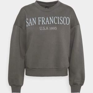 Grå sweatshirt med tryck. Storlek S, använt ett fåtal gånger. Från Ginatricot, 140kr ink frakt.