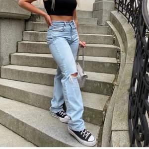 INTRESSEKOLL av om någon skulle vara intresserad av mina 90s high waist jeans från Gina Tricot 🤍 dom är använda några gånger men i jättefint skick. Säljer för att dom inte kommer till användning längre.