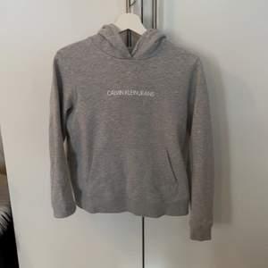 Grå hoodie från Calvin Klein, köpt på Zalando. Knappt använd