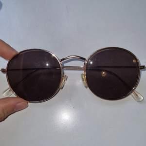 Runda, trendiga solglasögon, perfekta till sommaren köparen står för frakt🤸🏽♀️