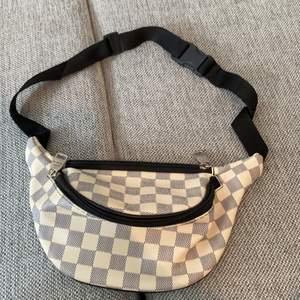 Fake väska från Louis Vuitton. Bra skick använd 2 gånger.