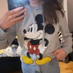 Super söt och skön hoodie med Mickey Mouse på. 💗 Köparen står för frakt 💗