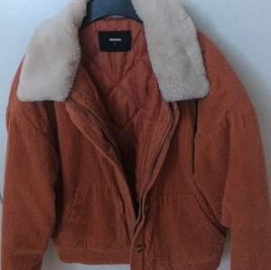 En orange vintage bikbok jacka. Den är jätte skön och passar var med kläder men har köpt en liknande så tänkte sälja denna, den är i jätte bra skick.