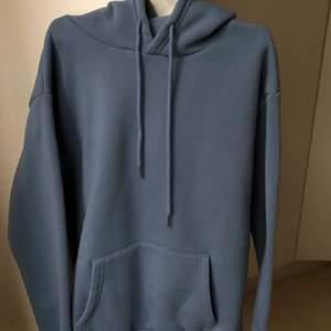 En super mjuk blåa hoodie som är i Nyskick eftersom den är använd Max 2 gånger