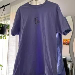 Lila oversized t-shirt i storlek L köpt i USA på Urban Outfitters, typ aldrig använd