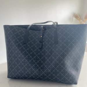 """Säljer min superfina Marlene Birger väska!✨ väskan är köpt för ca 6 månader sen och är i nyskick! Nypris ligger dem på ca 2700 men mitt pris är 1500( ett väldigt bra pris med tanke på att väskan är i nyskick"""" köparen står för frakten! ( Pris kan diskuteras vid snabb affär)"""