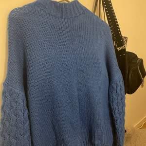Säljer även denna väldigt snygga blåa stickad tröja, tror den är köpt från Ullared men är inte säker. Denna är knappast använd men är super snygg. Den är lite oversized i modellen vilket är super snyggt. Inte alls genomskinlig. Pris + frakt. Hör av dig vid intresse!💞