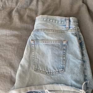 Jeansshorts från nakd i strl 38, men passar även storlek 36. Det är en knapp som saknas, vilket syns på mittenbilden. Dock inget som stör och går att använda ändå.💞