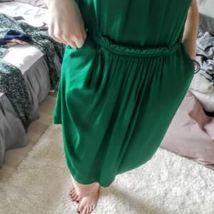 Vacker, smaragdgrön klänning med fickor från Zara. Står att den är xs men jag tycker den passar en 36 perfekt också. Material okänt, silkig lyster.