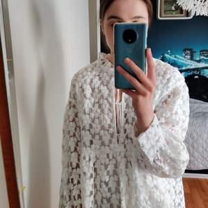 Säljer en såå fin klänning från Zara🥺 Perfekt till studenten! köpt second hand men i superbra skick, kan inte se några fläckar eller skador, endast testad av mig. Skriv om ni har frågor eller för mer bilder, jag är 169 för referens🥰🥰 pris kan diskuteras!