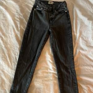 Säljer mina svarta washed jeans från Lager 157, storlek xxs, knapp-knäppe fram super sköna dock förkorta för mig. Kontakta mig för mer information ☺️