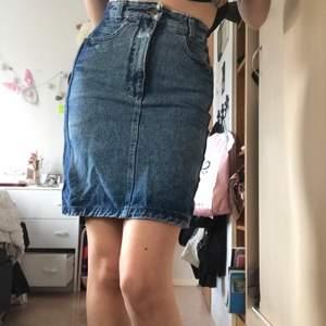Jeans kjol köpt på humana secondhand. Den är i två nyanser. Sitter skit fint tajt. Skulle säga den passar en xs, den sitter lite tajt på mig som brukar ha s unegfär. Fraktar bara just nu, köparen står för frakten.