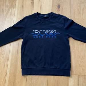 Säljer denna fina Hugo boss sweatshirt!! Som har ett fint Hugo boss tryck i blått och vitt på tröjan! Lite tunnare i materialet vilket är perfekt nu till våren och sommaren⭐️🖤 otroligt bra skick⭐️                                Kom med egna priser! (Säljer inte under 350kr) frakt tillkommer!⭐️ skriv om ni har någon fråga eller så❤️