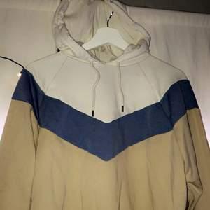 Säljer denna fina block-coloured hoodie i storlek S från Monki! Använd ett fåtal gånger, den är i bra skick! Säljer då den inte är i min stil längre. Säljs för 100kr+ frakt, är fler intresserade blir det budgivning. För fler frågor eller bättre bilder, kontakta mig privat 💞