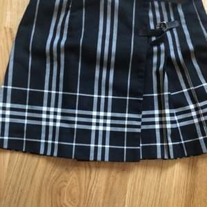 Äkta Burnett kjol med midjemått på 66cm, en av hängsel detaljerna har sytts tillbaka stadigare och kjolen är i fint skick💞 priset är inkluderad frakt med frimärken❤️