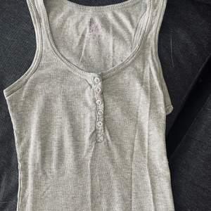 Ett grått linne storlek xs/s.