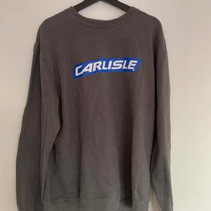 Grå sweatshirt med tryck i gott skick.