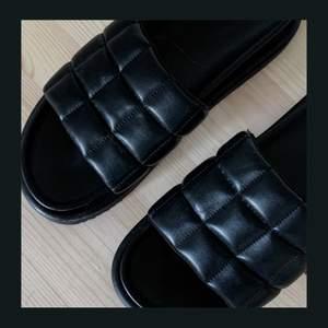 Chunky-sandaler från H&M. Knappt använda och mycket fint skick och kvalité 🖤  〰️ Stl 40 💸 120 kr 📦 Köpare står för frakt, eller möts upp i Linköping  🤍 DM vid intresse och frågor