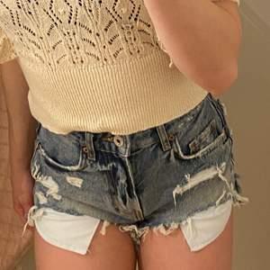 Svinsnygga slitna shorts där fickorna även syns. Köpta på berska och han endast avnvändas under 5 gånger innan jag växte ut dem.