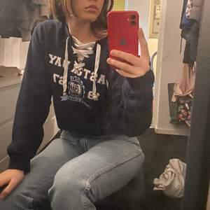 Vintage sweatshirt med knytning vid bröstet, köpt på beyond retro!