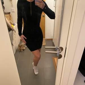 Stickad klänning med dragkedja i halsen, jag är 160 och den slutar på låren. Använd men i bra skick